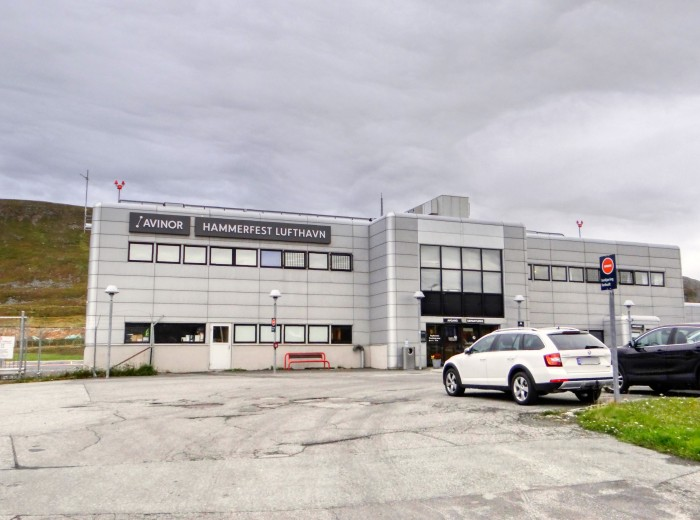 Der Flughafen Hammerfest (HFT) wird von Skandinavian Airlines und Wideroes Flyveselskap angeflogen und dient im wesentlichen der Versorgung der Öl- und Gasplattformen in der Barentssee. (Foto: Björn Schäfer)