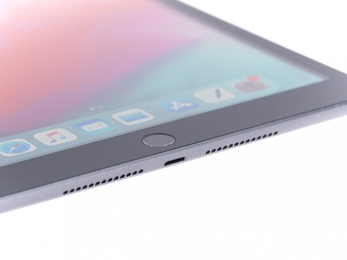 Geladen wird das iPad 7 über einen Lightning-Anschluss. (Bild: Martin Wolf/Golem.de)
