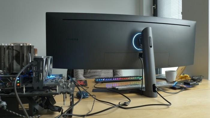 Der Monitor nimmt eine Menge Platz ein. (Bild: Martin Wolf/Golem.de)