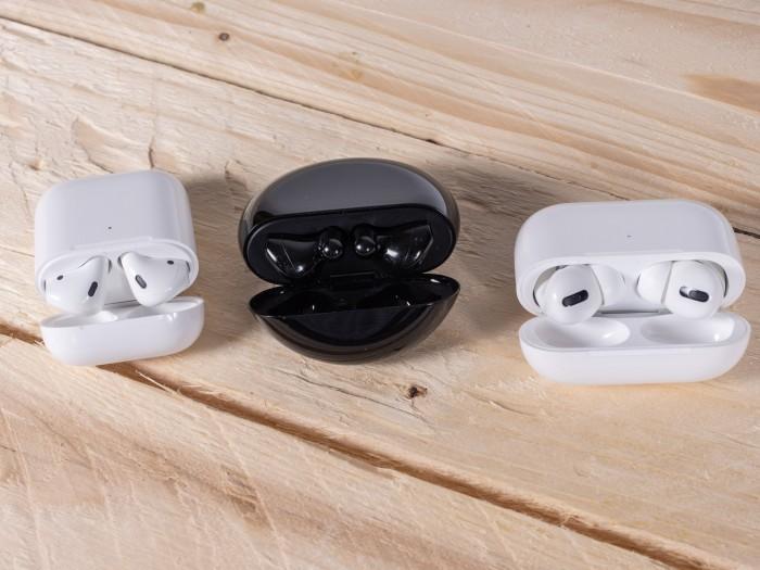 Links die Airpods 2 im Ladeetui, in der Mitte die Freebuds 3 im Ladeetui und rechts die Airpods Pro im Ladeetui (Bild: Martin Wolf/Golem.de)