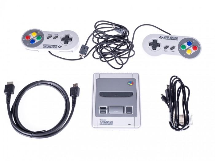 Das SNES Mini Classic kommt mit zwei Controllern. (Bild: Martin Wolf / Golem.de)