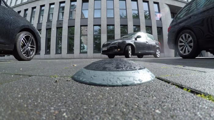 Der Parkplatzsensor von Bosch soll den Belegungszustand von Parkplätzen durch Magnetfelddetektion und Radar erkennen.  (Foto: Martin Wolf/Golem.de)