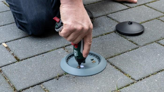 Normalerweise wird die Bodenplatte des Sensors festgeklebt, sie lässt sich aber auch mit Schrauben befestigen. (Foto: Martin Wolf/Golem.de)