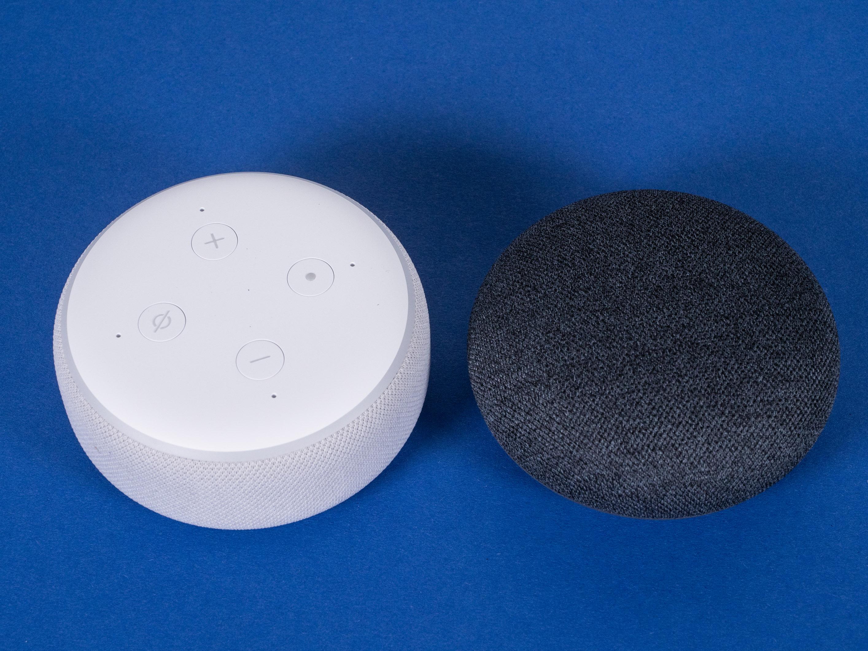 Echo Dot mit Uhr und Nest Mini im Test: Amazon hängt Google ab - Echo Dot mit Uhr und daneben der Nest Mini (Bild: Martin Wolf/Golem.de)