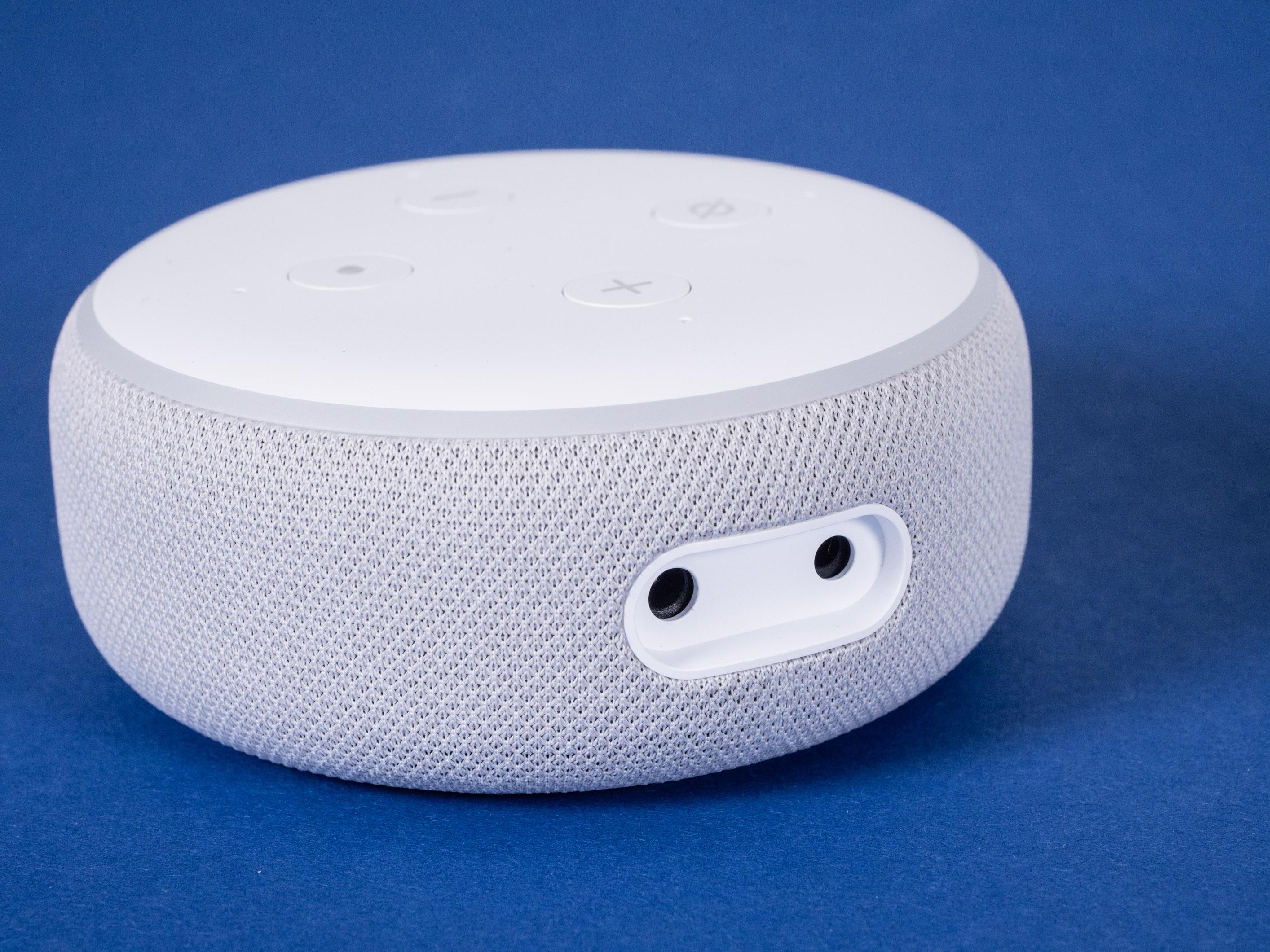 Echo Dot mit Uhr und Nest Mini im Test: Amazon hängt Google ab - Der Echo Dot mit Uhr hat eine 3,5-mm-Klinkenbuchse (Bild: Martin Wolf/Golem.de)