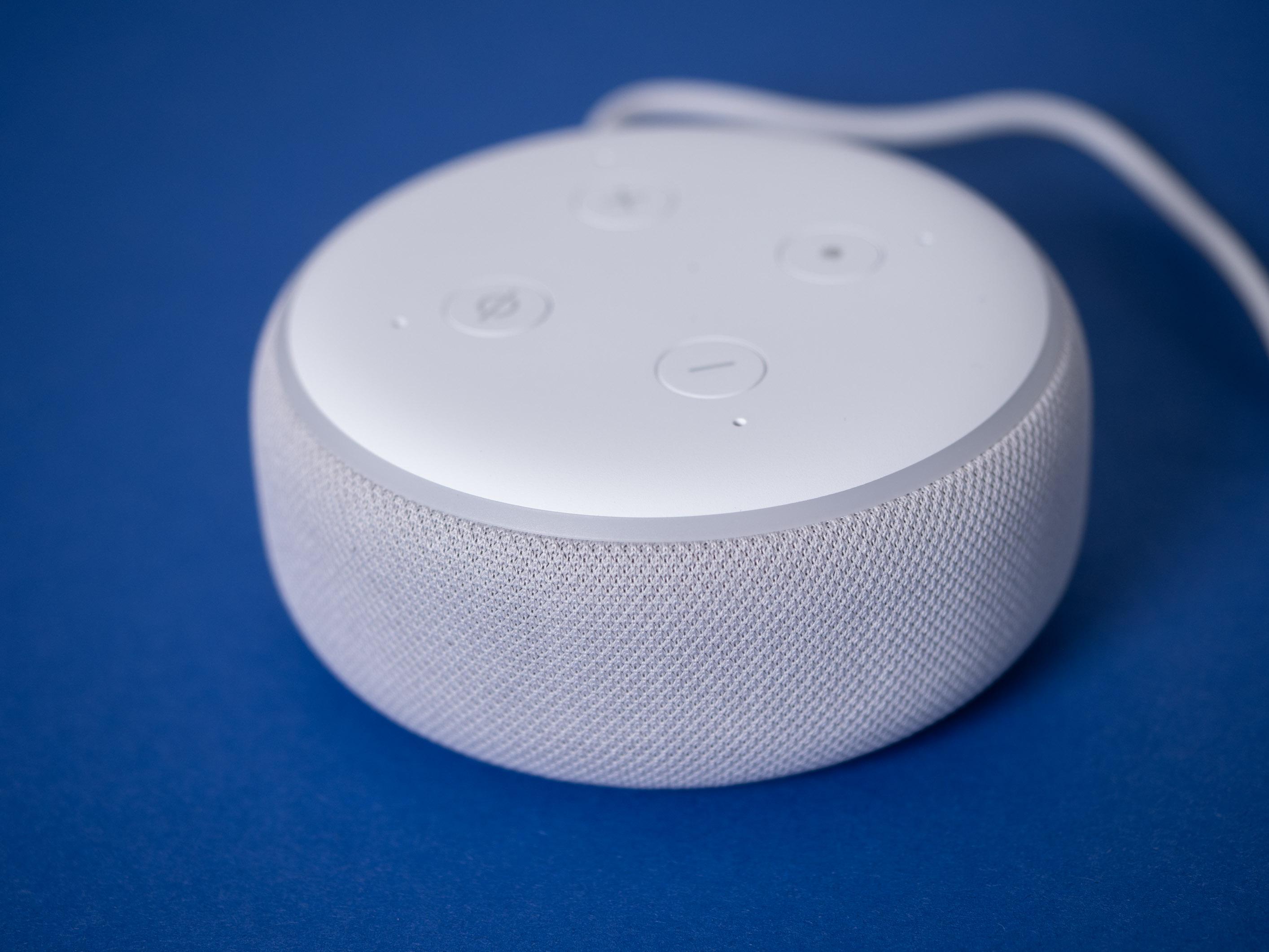 Echo Dot mit Uhr und Nest Mini im Test: Amazon hängt Google ab - Echo Dot mit Uhr mit augeschaltetem Display (Bild: Martin Wolf/Golem.de)
