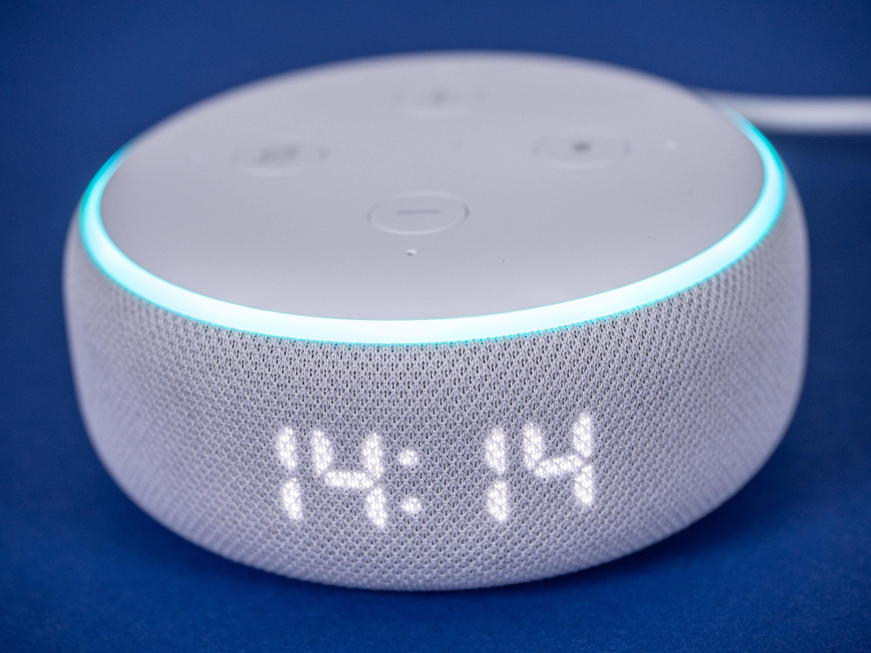 Echo Dot mit Uhr und Nest Mini im Test: Amazon hängt Google ab - Echo Dot mit Uhr mit aktiviertem Display und leuchtendem LED-Ring. (Bild: Martin Wolf/Golem.de)
