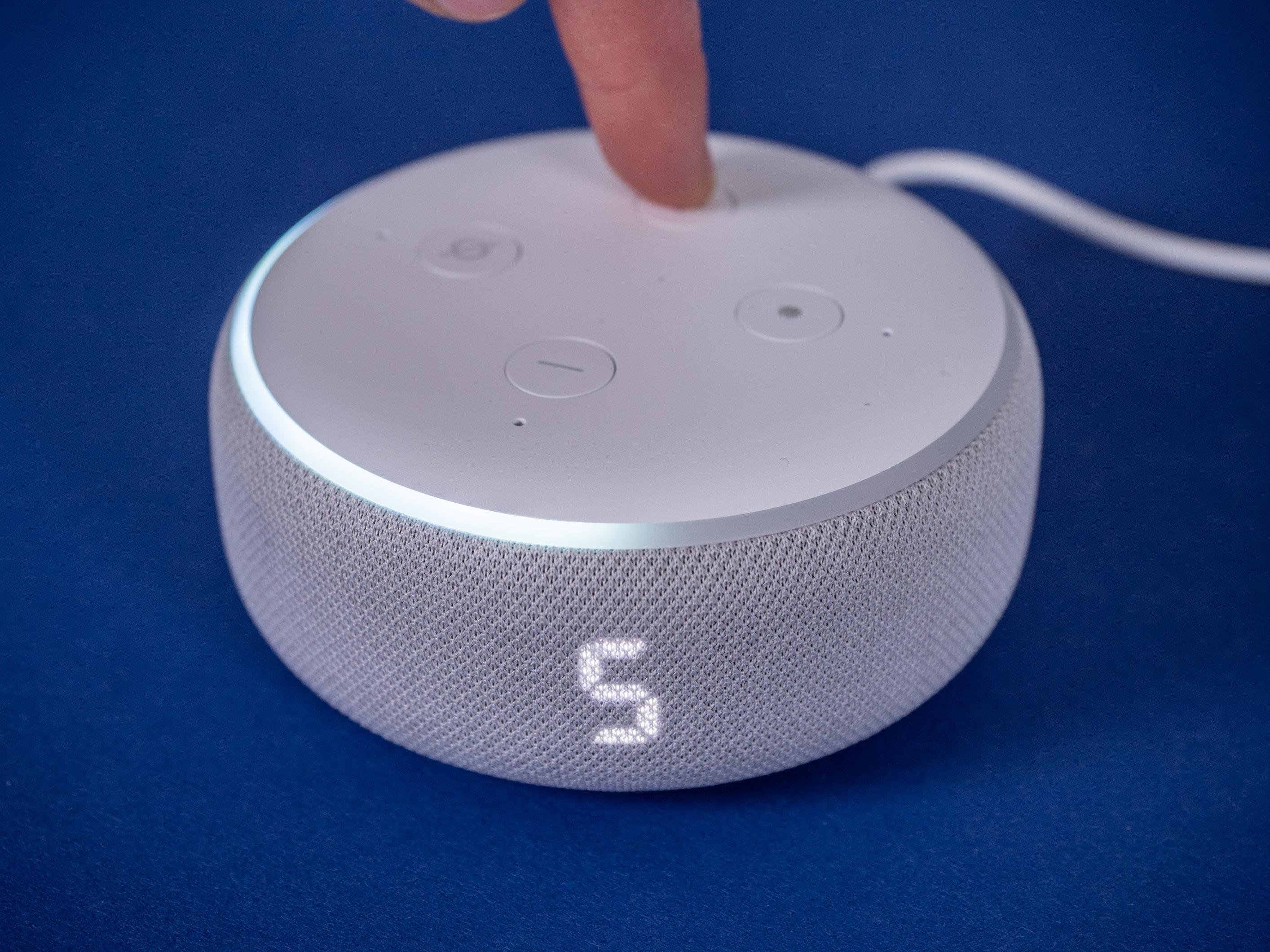 Echo Dot mit Uhr und Nest Mini im Test: Amazon hängt Google ab -