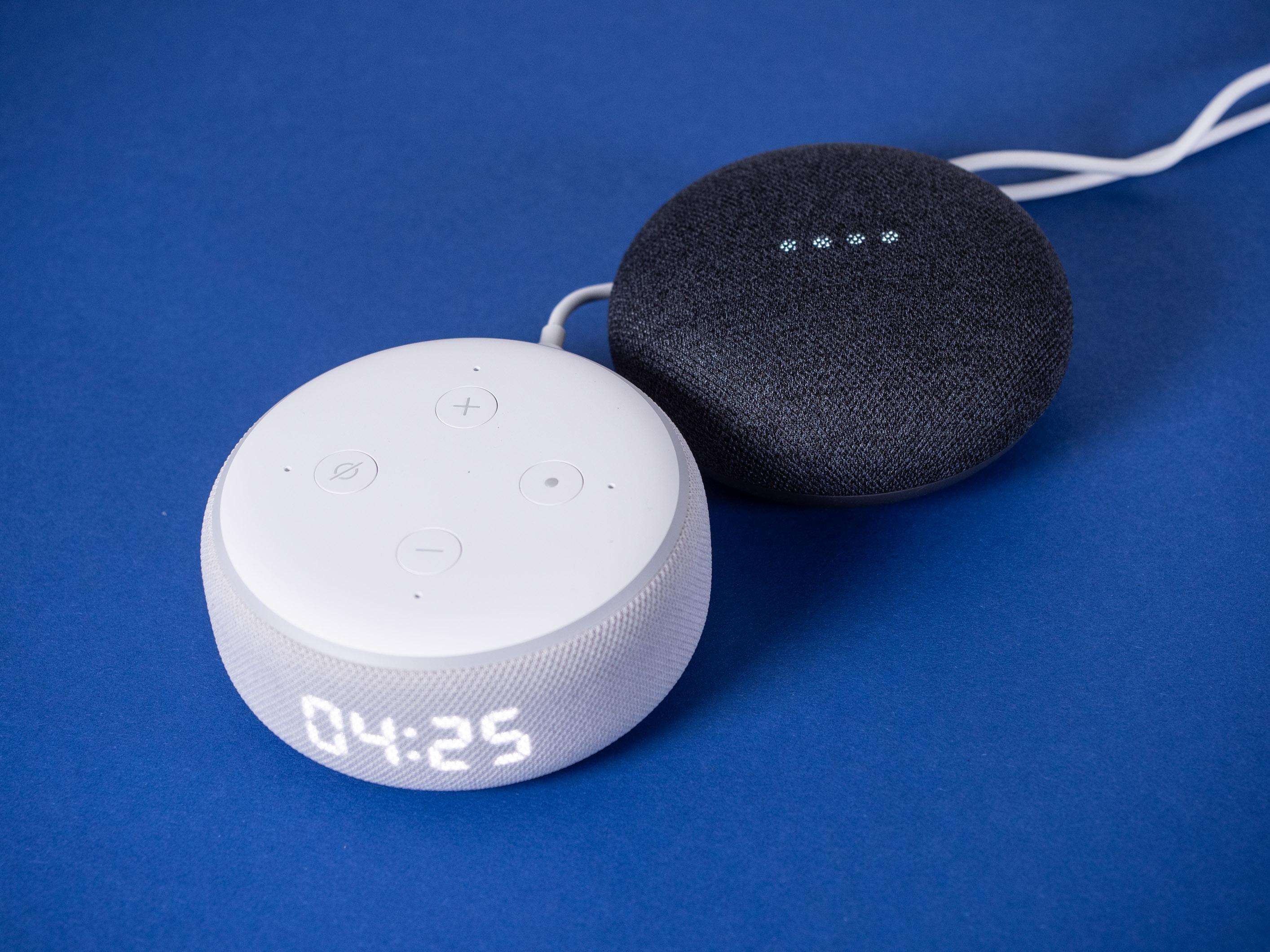 Echo Dot mit Uhr und Nest Mini im Test: Amazon hängt Google ab - Echo Dot mit Uhr und daneben Nest Mini (Bild: Martin Wolf/Golem.de)