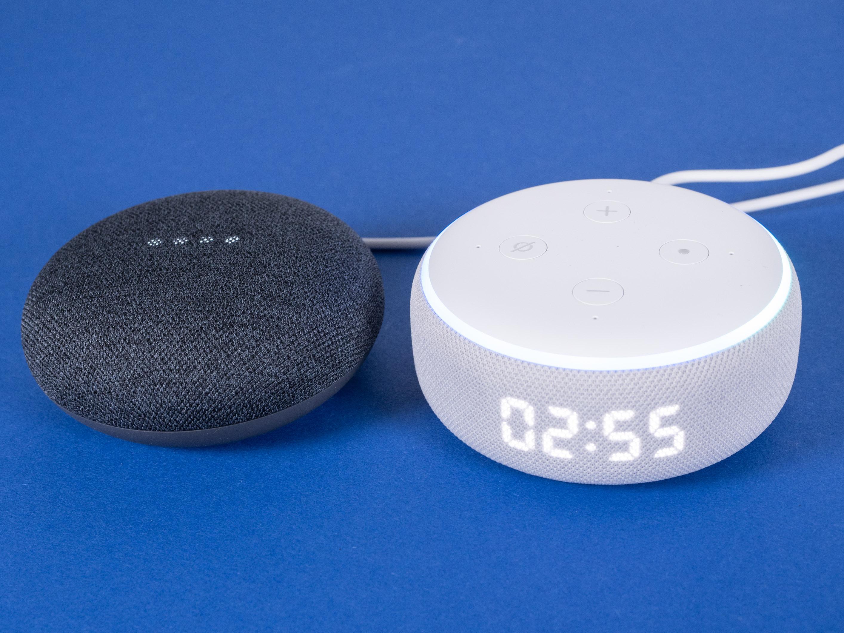 Echo Dot mit Uhr und Nest Mini im Test: Amazon hängt Google ab - Nest Mini und daneben Echo Dot mit Uhr (Bild: Martin Wolf/Golem.de)