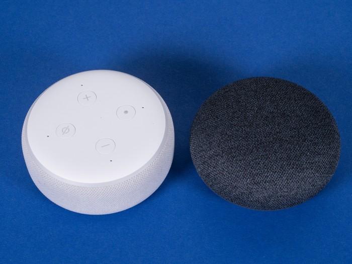 Echo Dot mit Uhr und daneben der Nest Mini (Bild: Martin Wolf/Golem.de)