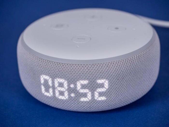 Echo Dot mit Uhr und aktiviertem Display (Bild: Martin Wolf/Golem.de)