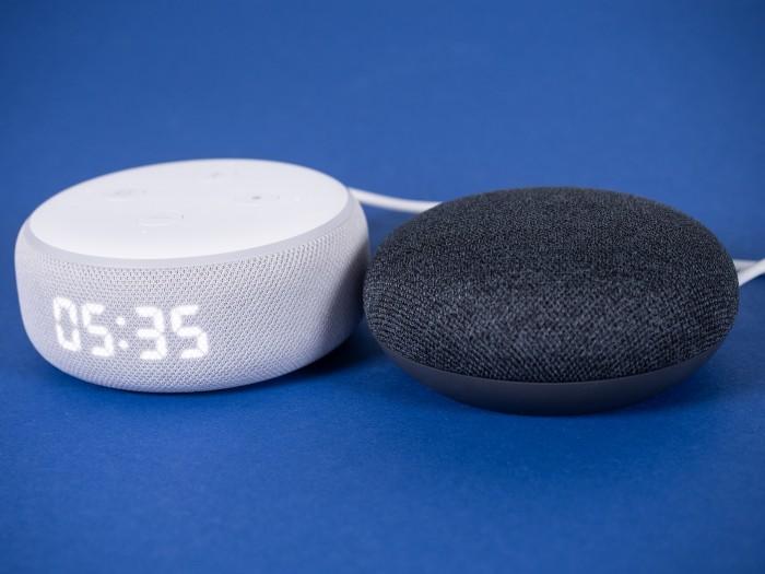 Echo Dot mit Uhr und daneben Nest Mini (Bild: Martin Wolf/Golem.de)