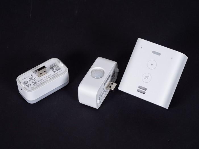 Amazons Echo Flex mit beiden Erweiterungen (Bild: Martin Wolf/Golem.de)