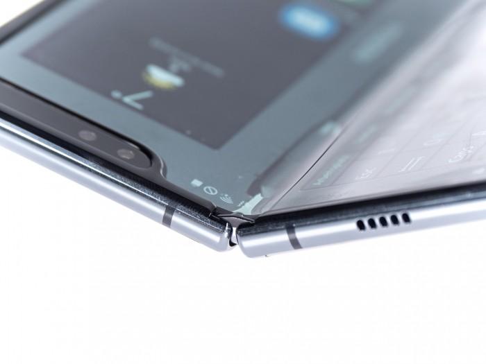 Das Gelenk des Galaxy Fold hat Samsung mit Kunststoffnasen abgedeckt, die verhindern sollen, dass Staub in das Smartphone eindringt. (Bild: Martin Wolf/Golem.de)