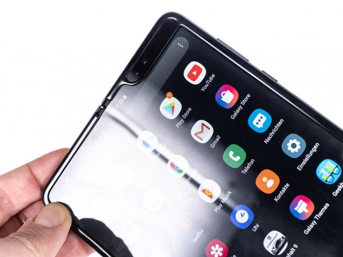 Das flexible Display-Panel hat einen sehr geringen Faltradius, weshalb der Bildschirm einen ausgeprägten Falz in der Mitte hat. (Bild: Martin Wolf/Golem.de)