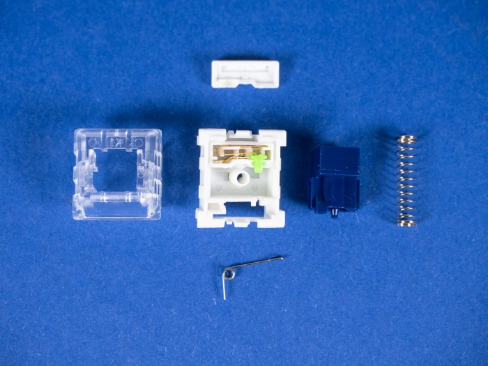 Der Kailh Box Thick Clicks von Kaihua auseinandergenommen: Die Kontakte sind durch einen Deckel geschützt; die hier ausgebaute Feder ist nur für das Klickgeräusch und den Widerstand zuständig. (Bild: Martin Wolf/Golem.de)