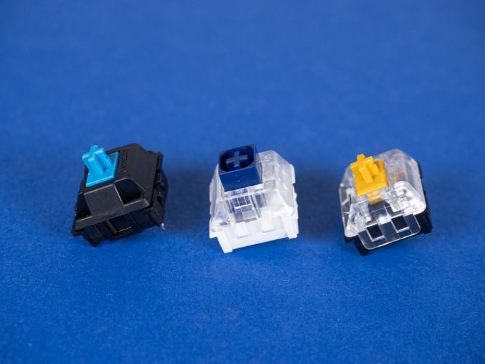 Der Box-Schalter in der Mitte hat einen wesentlich prägnanteren Klick als Kaihuas Kailh-KS-Schalter rechts. Cherrys MX Blue klingt im Vergleich zum Box-Schalter kaum noch nach Klickschalter. (Bild: Martin Wolf/Golem.de)