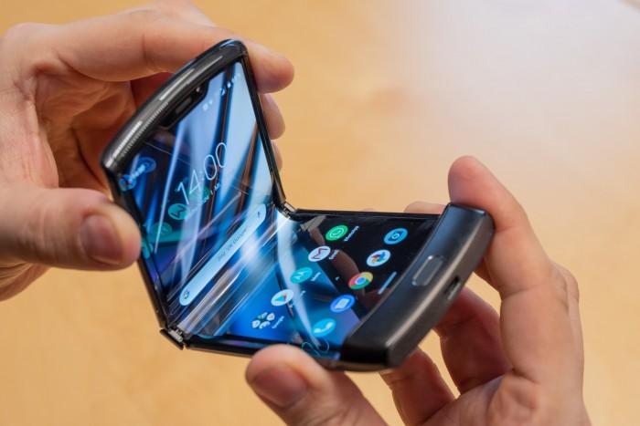 Beim Klappen sinkt das Display leicht in das Gehäuse ein, weshalb kein Falz wie bei Samsungs Galaxy Fold entsteht. (Bild: Martin Wolf/Golem.de)