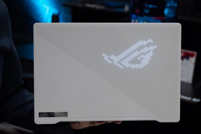Asus' neues Gaming-Notebook Zephyrus G14 gibt es in einer Variante mit LED-Display auf der Vorderseite. (Bild: Martin Wolf/Golem.de)