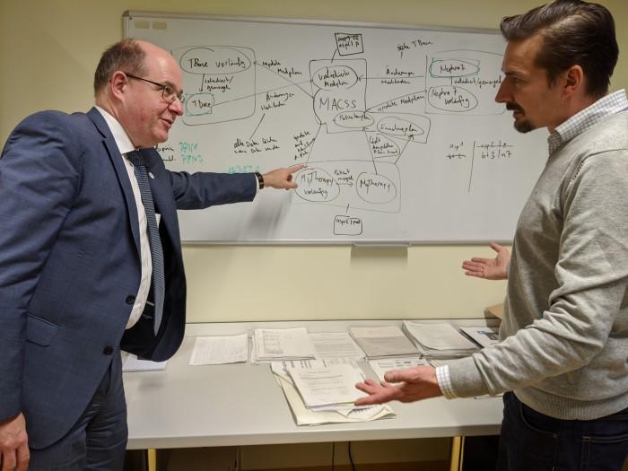 Data Scientist Danilo Schmidt erklärt das Programm zur Frühwarnung bei Nierenerkrankungen, mit dem Head of Digitalization Dr. Peter Gocke (Foto: Maja Hoock)