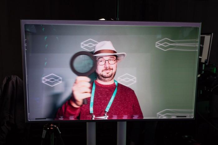 Der Looking Glass 8K ermöglicht die Darstellung echter Hologramme. Verändern wir unseren Betrachtungspunkt, ...