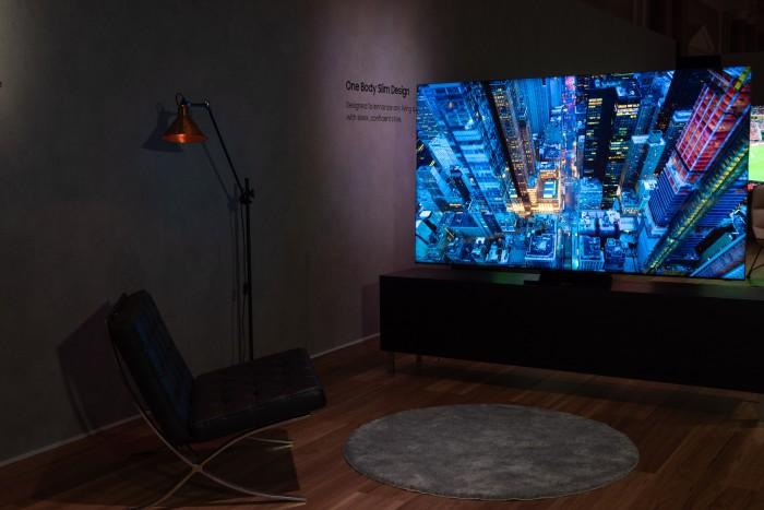 Der Q950TS von Samsung hat einen so schmalen Rahmen um das Display, das dieser kaum wahrnehmbar ist. (Bild: Martin Wolf/Golem.de)
