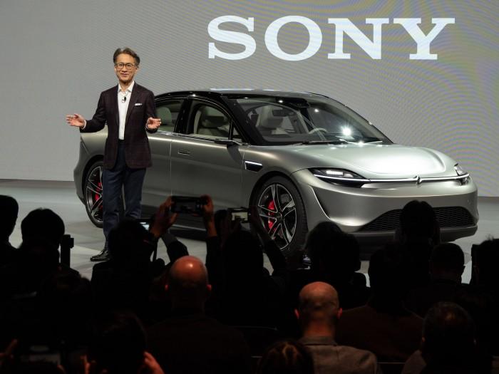 Yoshida Ken'ichiro mit Sonys Konzeptfahrzeug Vision-S (Bild: Martin Wolf/Golem.de)