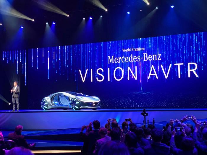 Daimler-Chef Ola Källenius präsentiert das Konzeptfahrzeug AVTR auf der CES 2020. (Bild: Dirk Kunde)