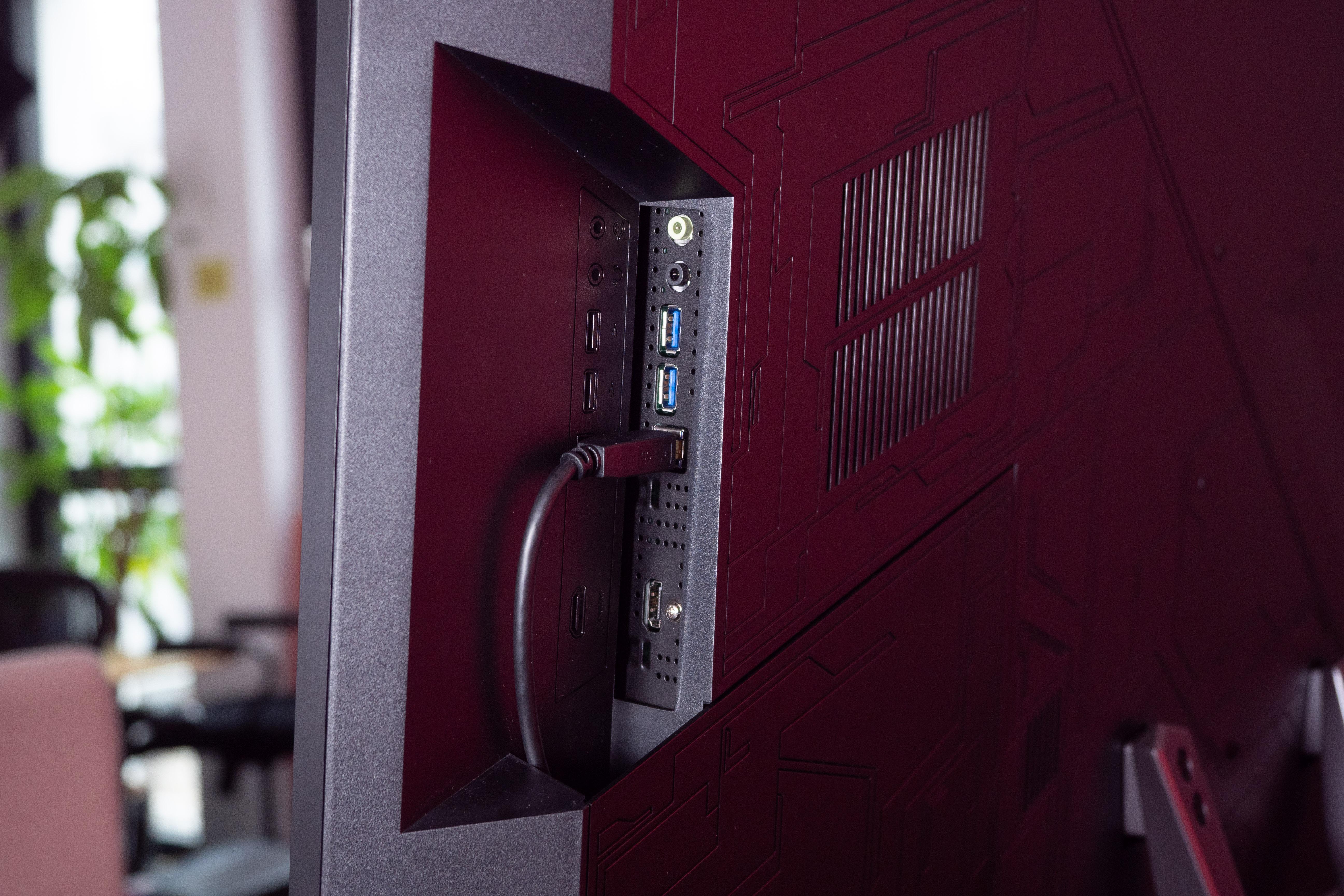 Asus PG43UQ im Test: Haben Sie es auch eine Nummer größer? - An der rechten Seite: USB-Hub und HDMI-Port (Bild: Martin Wolf/Golem.de)