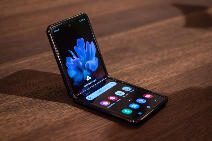 Das Galaxy Z Flip ist Samsungs zweites Smartphone mit faltbarem Display. (Bild: Martin Wolf/Golem.de)
