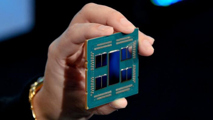 Der 3990X besteht aus einem zentralen I/O-Die und acht CPU-Chiplets. (Bild: Nico Ernst/Golem.de)