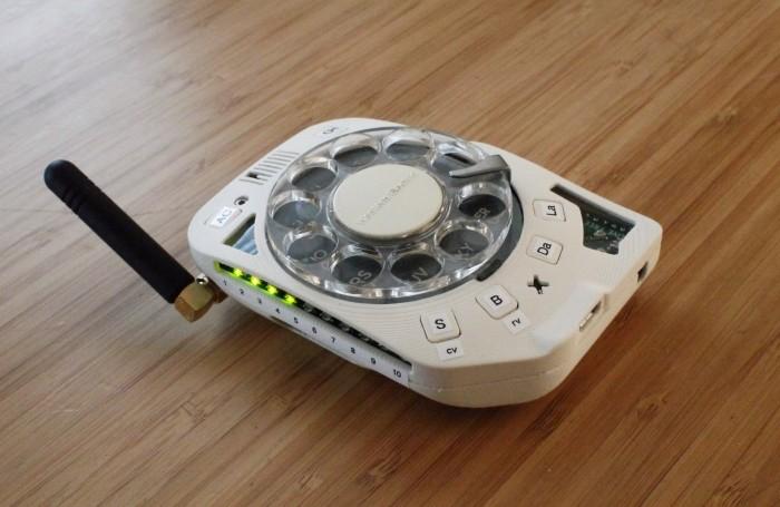 Die Ingenieurin Justine Haupt hat sich ein Mobiltelefon mit Wählscheibe gebaut. (Bild: Justine Haupt)
