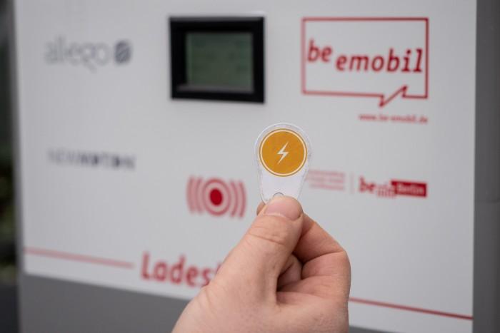 Mit den RFID-Tags von Roaming-Anbietern wie Plugsurfing lassen sich Ladevorgänge starten. (Foto: Martin Wolf/Golem.de)