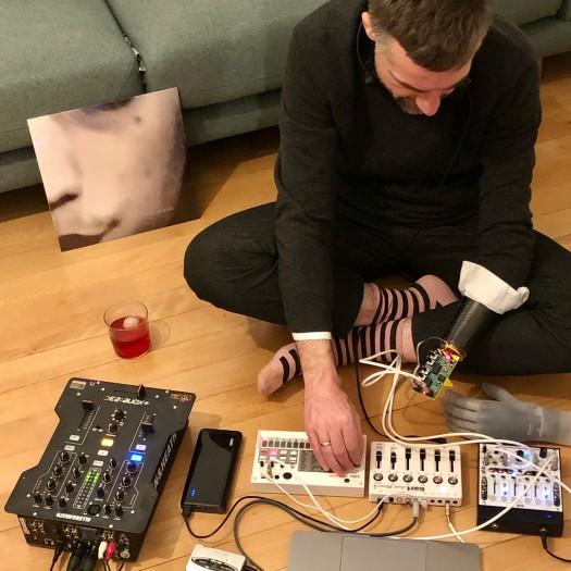 Bertolt Meyers Synlimb ersetzt seine eigentliche Handprothese und dient der Steuerung eines Synthesizers. (Bild: Bertolt Meyer)