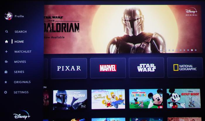 Disney+ in der niederländischen Version - Startbildschirm mit aktiviertem Seitenmenü in englischer Sprache (Bild: Ingo Pakalski/Golem.de)