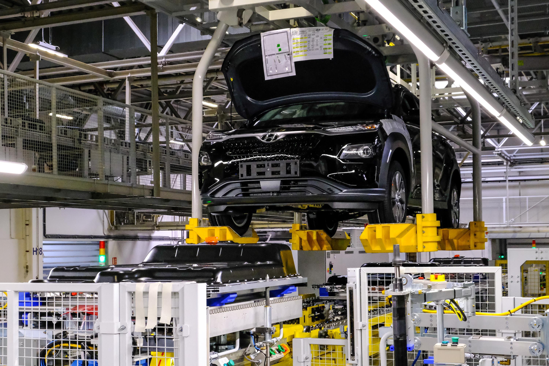 Elektromobilität: Ein Besuch im tschechischen Grünheide - Der Kona Elektro (von rechts) und Akku (von unten) bewegen sich in der Montagelinie aufeinander zu.  (Bild: Hyundai / Angelika Emmerling)