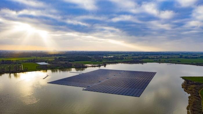 Das schwimmende Solarkraftwerk auf dem Bomhofsplas ist ein Baggersee an der A28 bei Zwolle in den Niederlanden (Bild: BayWa RE)