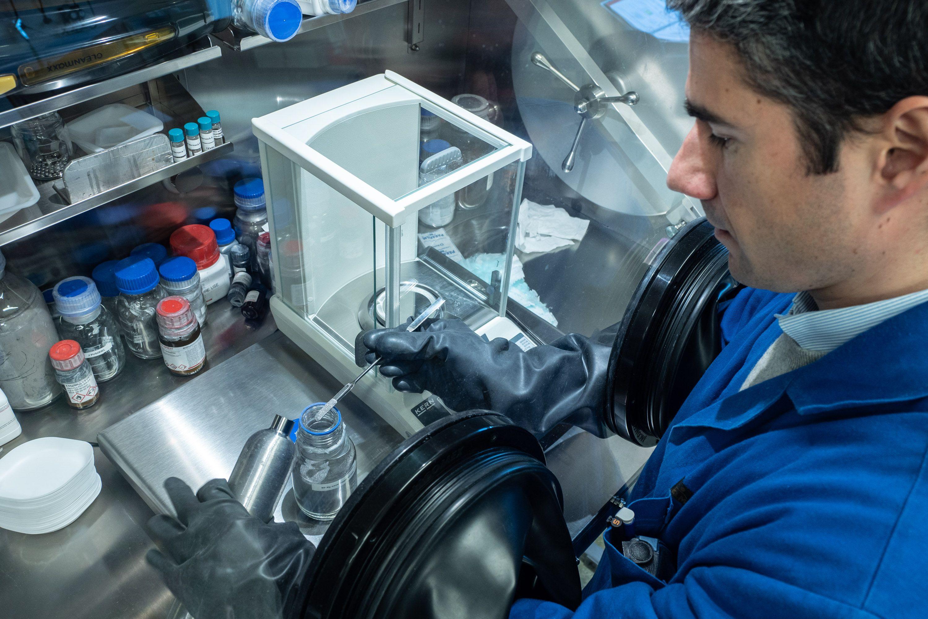 Brennstoffzellenauto: Pack die Metallhydrid-Tabletten in den Tank! - Das Pulver wird zu Tabletten verpresst. (Bild: Martin Wolf/Golem.de)