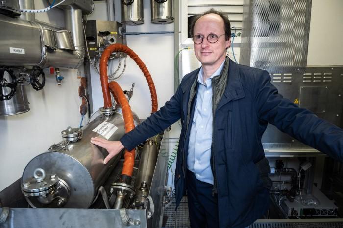 Thomas Klassen vom HZG mit einem der neuartigen Wasserstofftanks (Bild: Martin Wolf/Golem.de)