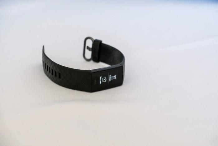 Die Fitbit Charge 4 ist in mehreren Farbversionen erhältlich. (Golem.de/ P. Steinlechner)