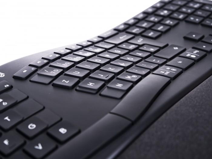 Die Ergo K860 Tastatur ist in der Mitte höher als am Rand. (Bild: Daniel Pook/Golem.de)