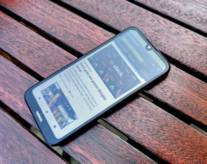 Das Nokia 1.3 hat einen 5,71 Zoll großen, relativ stark spiegelnden BIldschirm. (Bild: Tobias Költzsch/Golem.de)