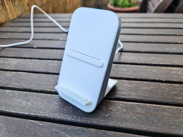 Das Oneplus 8 Pro ist das erste Smartphone des Herstellers, das sich drahtlos laden lässt. (Bild: Tobias Költzsch/Golem.de)