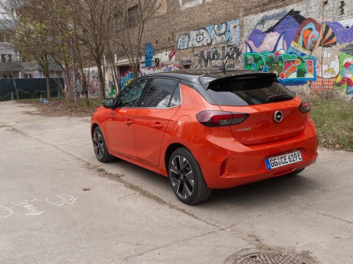 Die Basisversion (nicht im Bild) soll 29.900 Euro kosten und ist mit einem 50-kWh-Akku ausgestattet. (Foto: Daniel Pook/Golem.de)