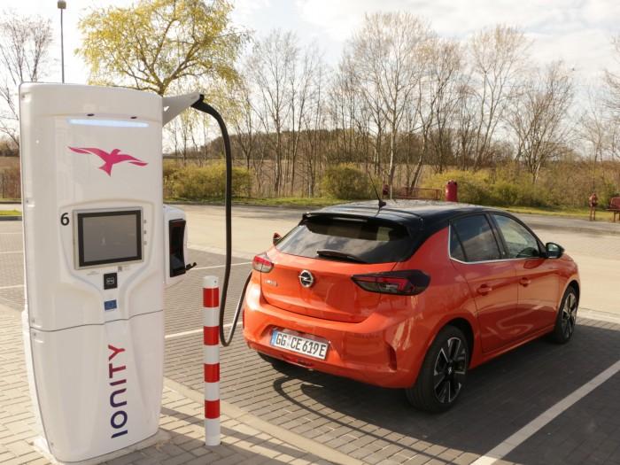 Per Gleichstrom lädt der Corsa-e mit bis zu 100 kW. (Foto: Friedhelm Greis/Golem.de)