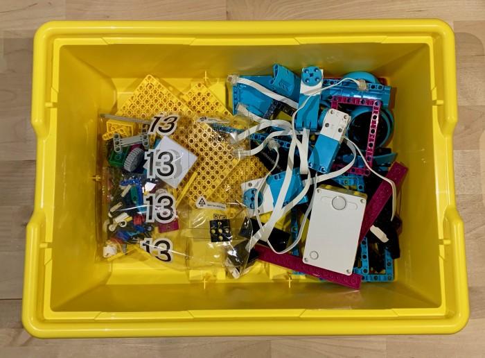 Der Rest der Teile sowie Motoren, Sensoren, Hub und auch der Inhalt einer ominösen Tüte 13 kommen lose in die Box. (Bild: Jan Rähm)