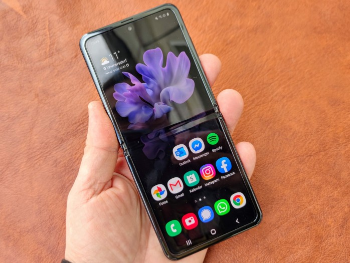 Das Galaxy Z Flip im aufgeklappten Zustand: Der Falz in der Mitte ist bei genügend Umgebungslicht deutlich zu sehen. (Bild: Tobias Költzsch/Golem.de)