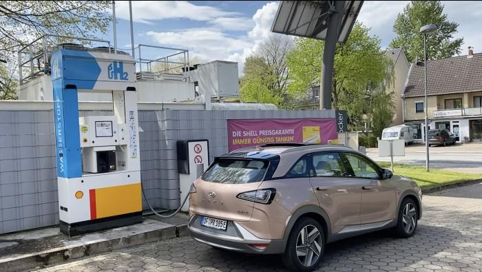 Tanken an einer der gut 80 Wasserstofftankstellen in Deutschland. (Bild: Dirk Kunde)