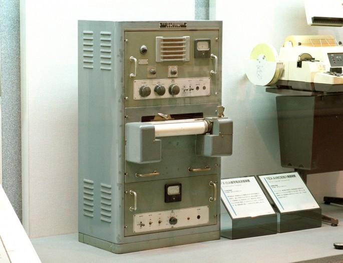 Japans erstes Fax, das FX-51A, ist von NEC und stammt aus dem Jahr 1946. Es steht in einem Museum in Tokio. Viele andere Faxgeräte sind aber auch heute noch in Verwendung, unter anderem in Krankenhäusern (Bild: Kazuhiro Nogi / AFP via Getty Images)